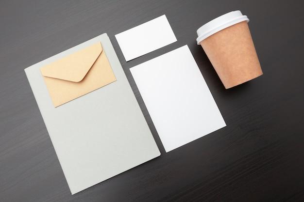 Filiżanka kawy i artykuły papiernicze, branding