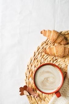 Filiżanka kawy i ciasta na białym tle, jesienny nastrój