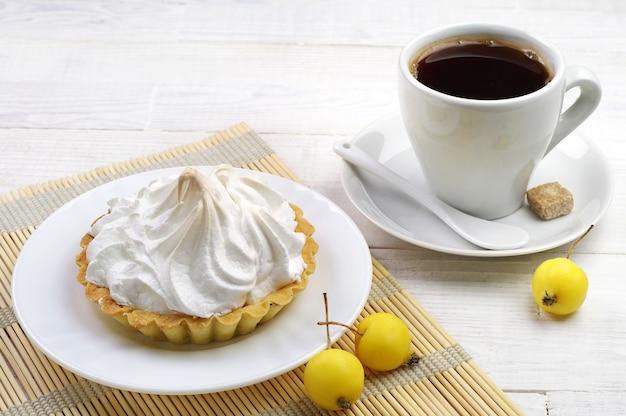 Filiżanka kawy i ciasta z jabłkiem na stole