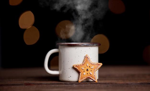 Filiżanka kawy i ciastka na stole z czarodziejskimi światłami