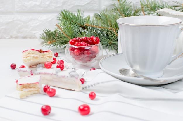 Filiżanka kawy i ciasto żurawinowe na świąteczne śniadanie