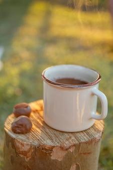 Filiżanka kawy i czekoladki na bagażniku