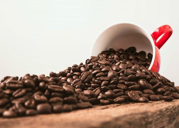 Filiżanka kawy i fasoli na drewno