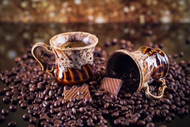Filiżanka kawy i filiżanka pełna palonych ziaren kawy. piękne tło do kawy.