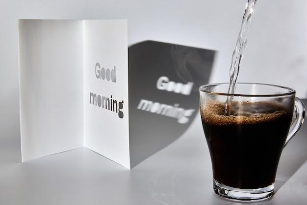 Filiżanka kawy i karta na dzień dobry.