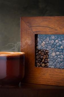 Filiżanka kawy i kawowe fasole na stole.