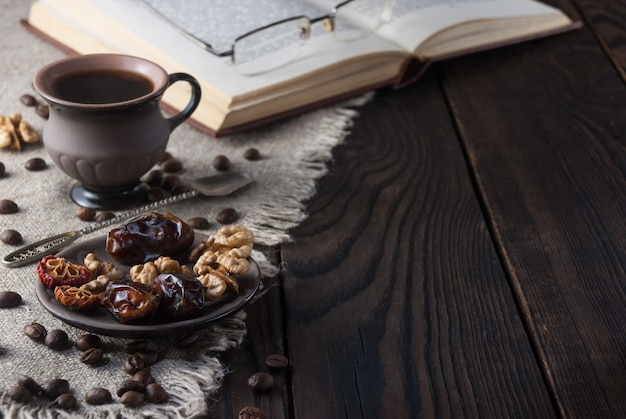 Filiżanka kawy i książka na drewnianym stole