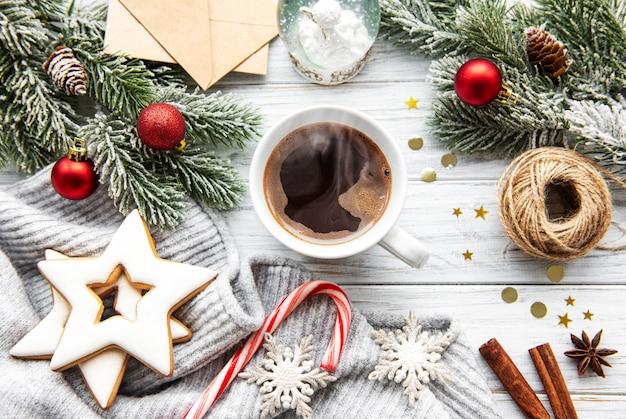 Filiżanka kawy i ozdoby świąteczne
