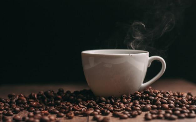Filiżanka kawy i palonych ziaren kawy