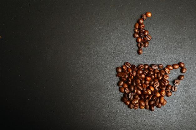 Filiżanka kawy i para wykonana z fasoli, ziarna. na białym tle. retro