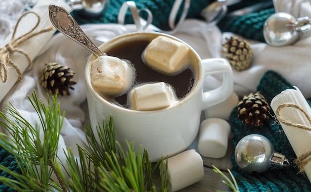 Filiżanka kawy i pianki w sylwestrowej oprawie świątecznego stołu na błyszczącym tle