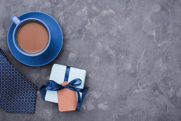 Filiżanka kawy i prezent na dzień ojca