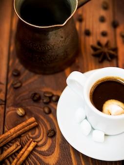 Filiżanka kawy i przyprawy
