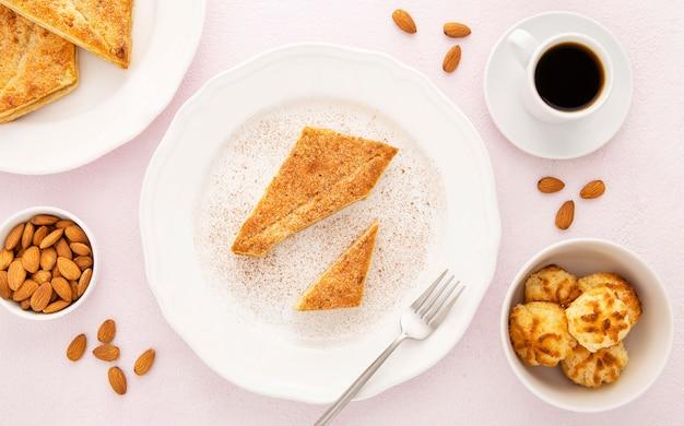 Filiżanka kawy i pyszne organiczne ciastka