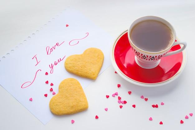 Filiżanka kawy i serca ciasteczka, romantyczna notatka walentynkowa