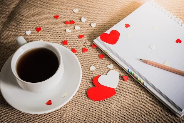 Filiżanka kawy i serca na tekstury wory
