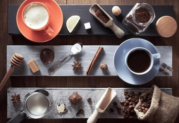 Filiżanka kawy i składniki na powierzchni drewnianych