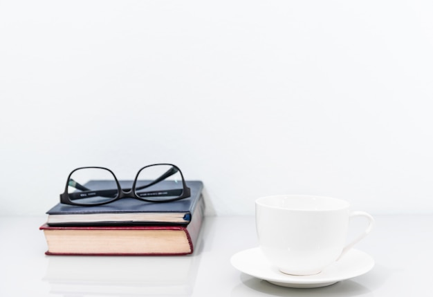 Filiżanka kawy i stare książki