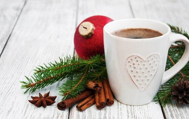 Filiżanka kawy i świąteczna dekoracja