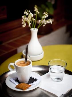 Filiżanka kawy i szklanka wody