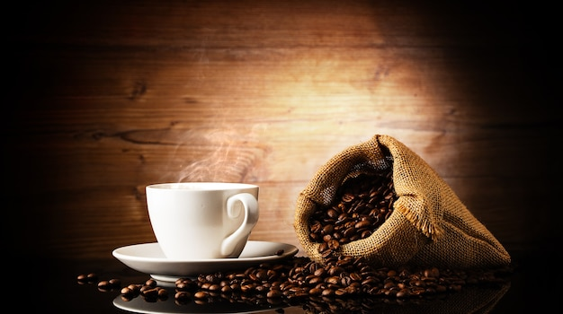 Filiżanka kawy i worek z ziaren kawy
