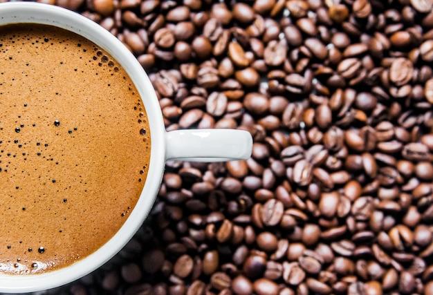 Filiżanka kawy i ziaren kawy w tabeli, widok z góry, miłości kawy, brązowy kawa samodzielnie na białym tle, gorąca kawa filiżanka kawy z ziaren kawy