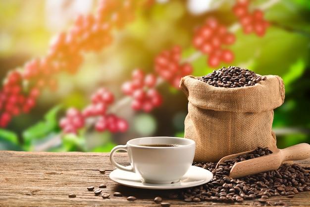 Filiżanka kawy i ziaren kawy w worku jutowym