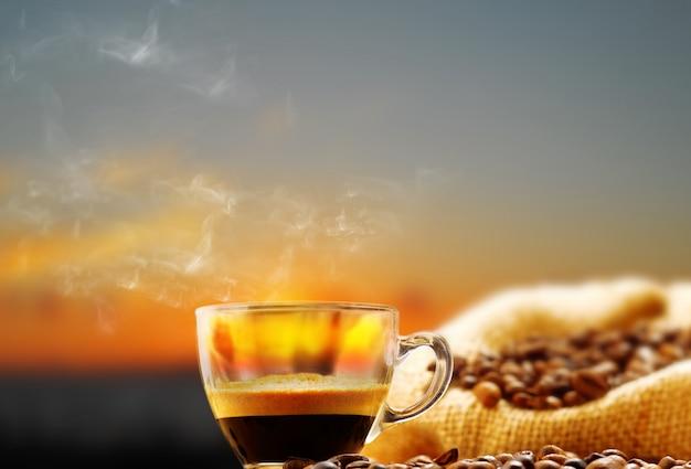 Filiżanka kawy i ziaren kawy