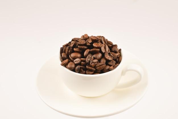 Filiżanka kawy i ziaren kawy.