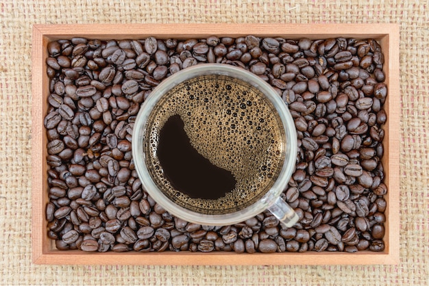 Filiżanka kawy i ziarna kawy w pudełku