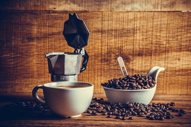 Filiżanka kawy i ziarna kawy
