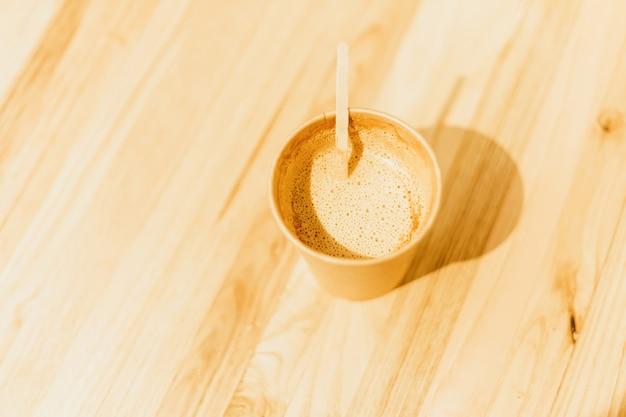 Filiżanka kawy latte art obraz kawy z mlekiem na drewnianym stole w barze kawiarni