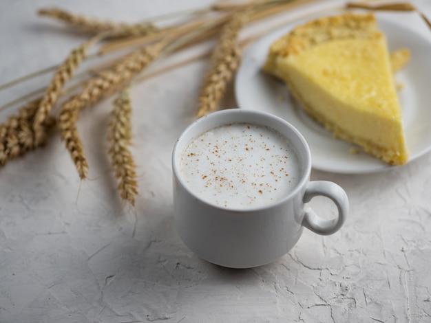 Filiżanka kawy latte i domowe ciasto z twarogiem