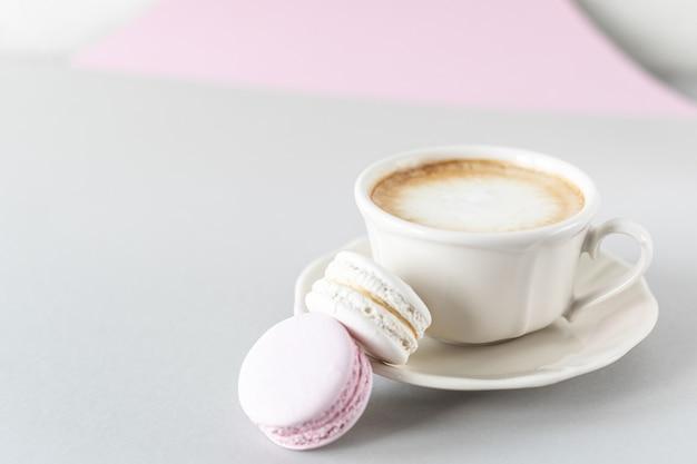 Filiżanka kawy, makaron na ciasto na szaro-różowej powierzchni