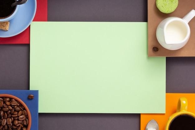 Filiżanka kawy na abstrakcyjnym tle, tekstura powierzchni papieru