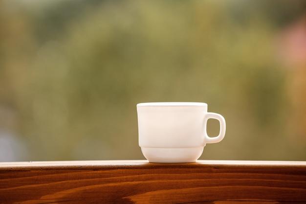 Filiżanka kawy na balkonie z naturą