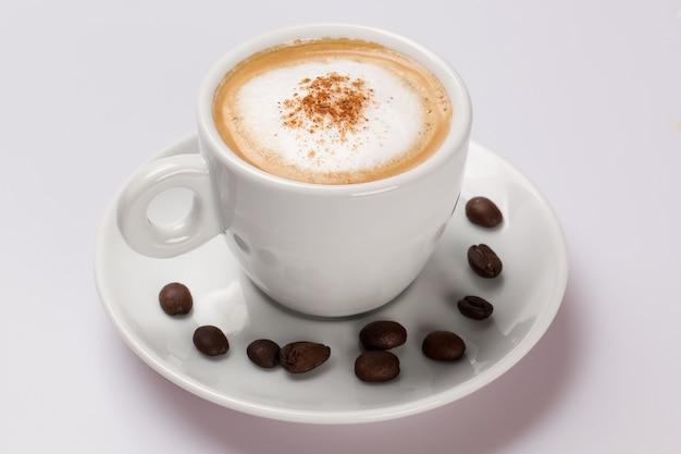 Filiżanka kawy na białym stole.