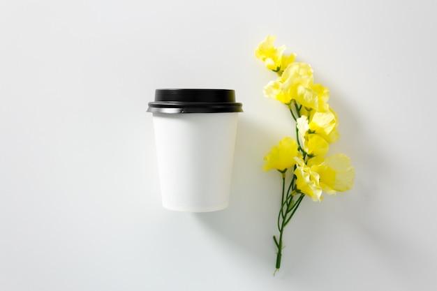 Filiżanka kawy na bielu. element brandingowy