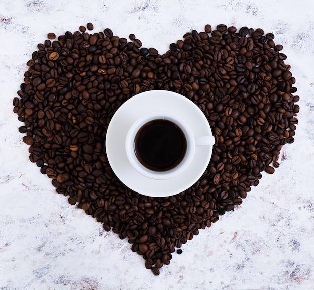 Filiżanka kawy na bielu