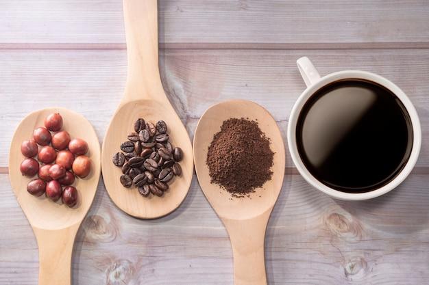 Filiżanka kawy na blacie z drewna