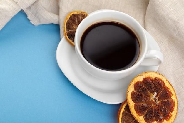 Filiżanka kawy na błękitnym stole