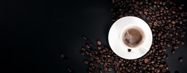 Filiżanka kawy na ciemnym tle