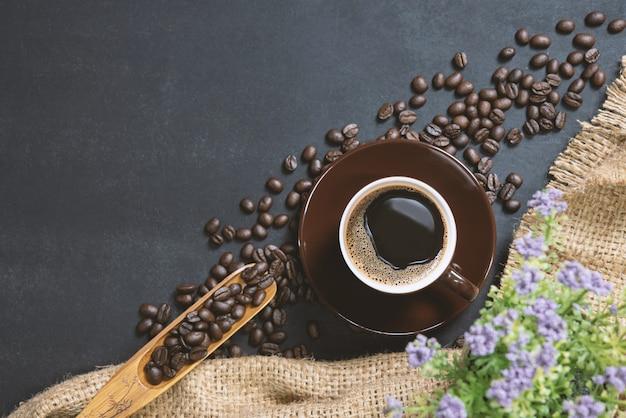 Filiżanka kawy na czarny stół