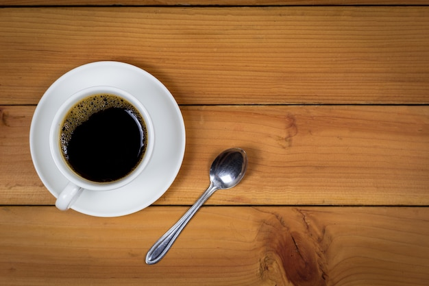 Filiżanka kawy na drewnianego tła odgórnym widoku.