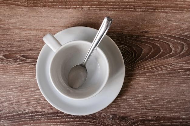 Filiżanka kawy na drewnianym brązu