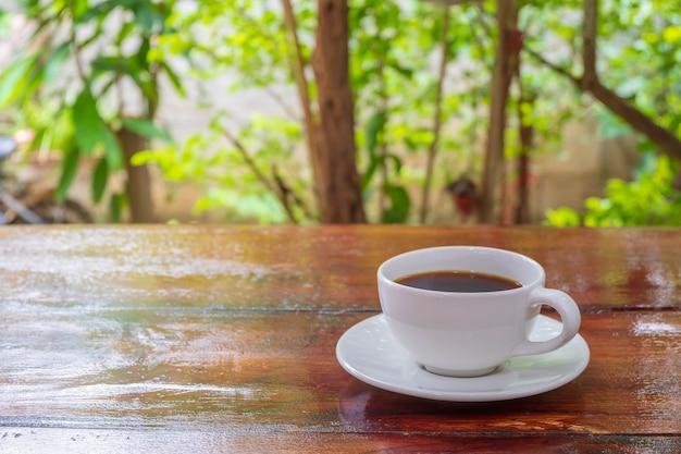 Filiżanka kawy na drewnianym stole rano z porannym światłem słonecznym. filiżanka kawy na drewnianym stole rano z późnym porannym światłem słonecznym.