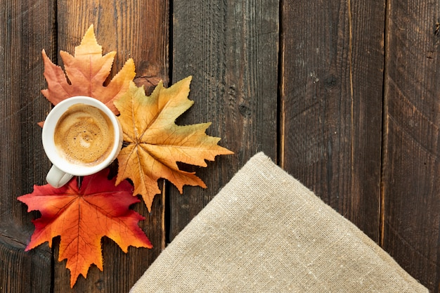 Filiżanka kawy na drewnianym stole z kopii przestrzenią