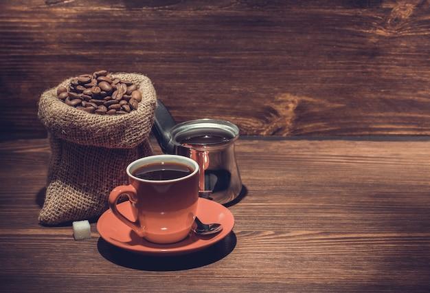 Filiżanka kawy na drewnianym stole