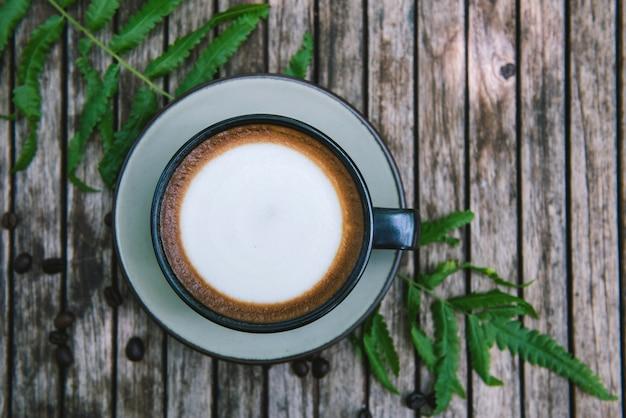 Filiżanka kawy na drewnianym stole.