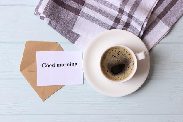 Filiżanka kawy na drewnianym tle widok z góry dzień dobry miłego dnia